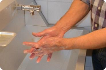 namydlenie miejsc pomiędzy palcami