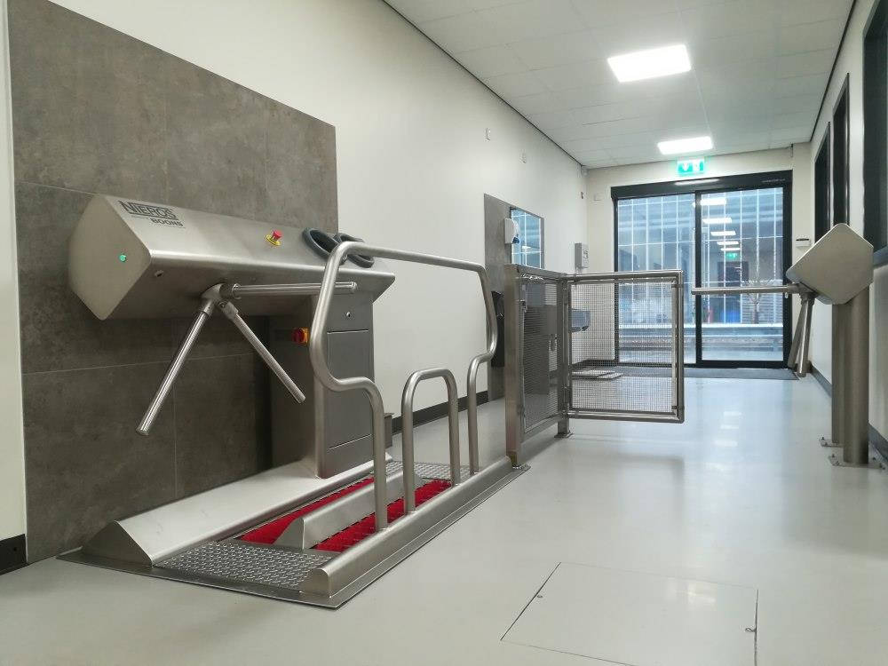 Stacja higieniczna URK do rąk i obuwia (lewa) wbudowywana